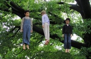 Quindicenne si suicida impiccandosi: bullismo e omofobia - [La foto è ad un'opera d'arte di Maurizio Cattelan]Quindicenne si suicida impiccandosi: bullismo e omofobia - [La foto è ad un'opera d'arte di Maurizio Cattelan]